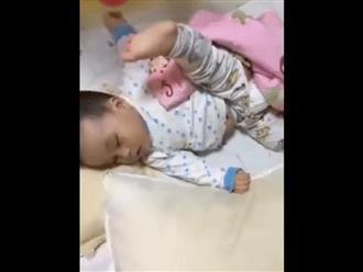 Video: Cười ngả nghiêng với những tư thế ngủ có 102 của lũ nhóc tì