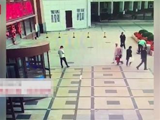 Bệnh nhân nhảy lầu tự tử rơi trúng nam thanh niên đứng dưới đường