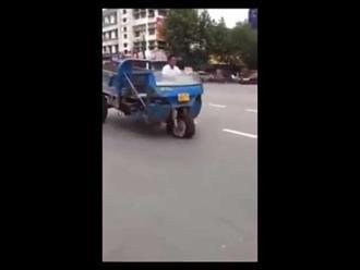 Phì cười clip xe ba gác tưng bừng nhún nhảy theo nhạc trên phố