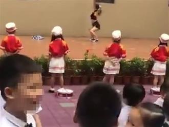 Trường mẫu giáo tổ chức biểu diễn... múa cột để chào mừng năm học mới