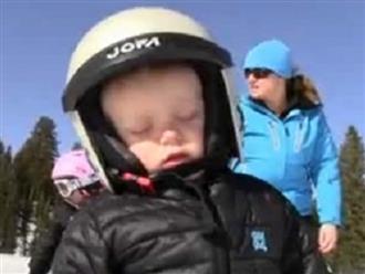 Clip em bé vừa ngủ gật vừa trượt tuyết siêu đáng yêu