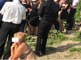 Người phụ nữ mặc bikini ngồi lì ở đám tang khiến cư dân mạng phẫn nộ