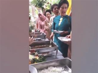 Ăn mặc sang chảnh đi dự đám cưới, 2 bà cô lao vào choảng nhau vì giành... thịt bò