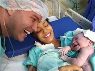 Em bé sơ sinh cười toe toét khi nghe bố gọi khiến dân mạng ôm tim vì quá đáng yêu