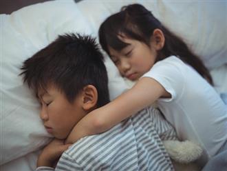 Cho hai con ngủ chung hàng chục năm, mẹ hối hận khi nghe con trai tuyên bố một câu gây sốc