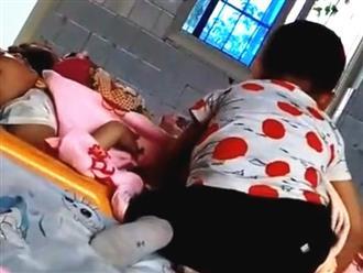 Hành động của bé trai với bạn gái bên cạnh trong giờ ngủ trưa khiến cô giáo kinh ngạc, phải lấy điện thoại chụp ảnh gấp