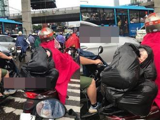 Người đàn ông chở túi ni lông đen, lấp ló 'chiếc đầu' phía trong khiến người đi đường đứng tim