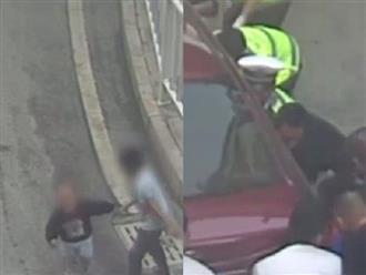 Xích mích nhỏ, anh trai tát em 2 tuổi ngã văng xuống đường suýt bị xe tông