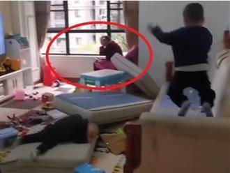 Hai bé trai nghịch ngợm phá nát nhà cửa, nhìn sang bà nội mà chán không chịu nổi