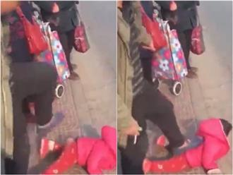 Clip sốc: Cha tát tới tấp, đạp lên người con giữa trạm xe buýt nhưng không ai can ngăn