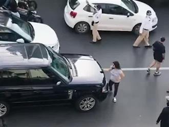 Bắt quả tang chồng ngoại tình, vợ nhảy lên ô tô đánh ghen, đấm đá chồng túi bụi