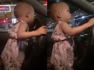 Thót tim bố để con gái 2 tuổi lái ô tô phóng như bay trên đường Hà Tĩnh