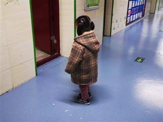 Bé gái bị phạt đứng ngoài cửa lớp khiến hiệu trưởng tò mò, nhưng sự thật phía sau khiến ai cũng xót xa