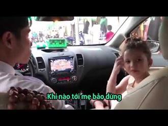 Bé gái phiên dịch cho mẹ và chú taxi gây bão mạng