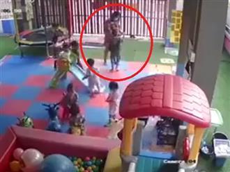 Bé trai 2 tuổi bị anh lớn đánh đấm như kẻ thù, thái độ của người lớn gây phẫn nộ