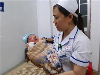 Xót cảnh bé trai sơ sinh kháu khỉnh như thiên thần bị mẹ bỏ rơi ở bệnh viện