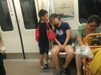 Bé trai chủ động nhường ghế tàu cho người phụ nữ xa lạ, hành động sau đó với mẹ càng gây xúc động hơn