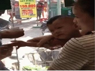'Nín thở' xem clip giải cứu em bé bị kẹt ngón tay vào cửa kính siêu thị