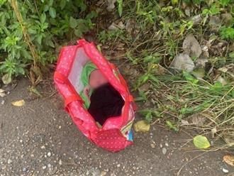 Xót xa bé trai sơ sinh còn nguyên dây rốn bị bỏ rơi cạnh trạm y tế ở Hà Nội