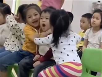 Bị 2 bạn gái giành nhau ôm, 'soái ca nhí' lộ biểu cảm hài hước khiến dân mạng cười xỉu