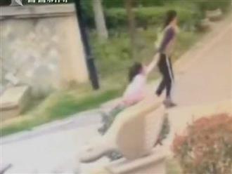 Cháu trai bị bắt nạt, bà nội kéo lê đứa trẻ hàng xóm đến rách quần áo gây bức xúc