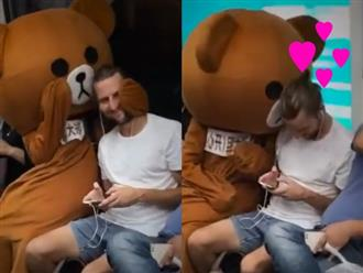 Bị gấu bông 'cưỡng hôn', nam thanh niên phản ứng cực dễ thương khiến dân tình rần rần thích thú