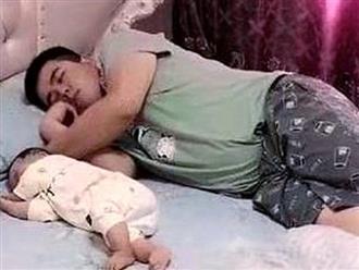 Đang nằm ngủ, bố bỉm sữa hoảng hốt bật dậy sờ mũi xem con còn thở không khiến vợ không nhịn được cười