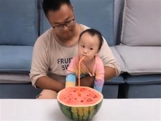Cứ tưởng được uống nước dưa hấu thơm ngon, bé gái bị bố lừa cực hài