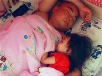 Bố ôm con gái ngủ siêu ngọt ngào, nhìn bên cạnh thấy cảnh 'phân biệt đối xử' mà không nhịn cười nổi