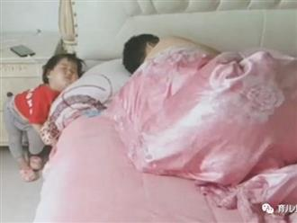 'Ông bố vàng trong làng chăm con' khiến vợ tức muốn... bóp cổ khi nhìn vào tư thế ngủ của con gái