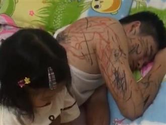 Bố trông con nhưng lỡ ngủ quên, khi tỉnh dậy tự nhiên thấy được 'xăm kín người'