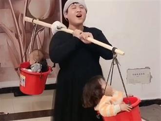 Bố mặc váy rồi bỏ 2 con vào xô mang đi rao bán, sự thật phía sau làm dân tình cười ná thở