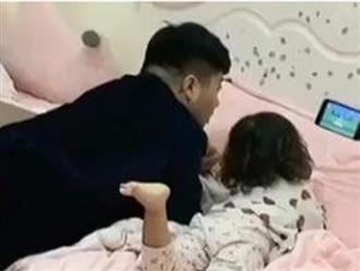 Bố và con gái xem hoạt hình cực tình cảm, nhìn phía dưới có 'thánh ké bất đắc dĩ' mà không nhịn được cười