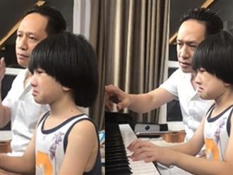 Ca sĩ Duy Mạnh tập đàn cho con trai 6 tuổi như 'đánh vật'