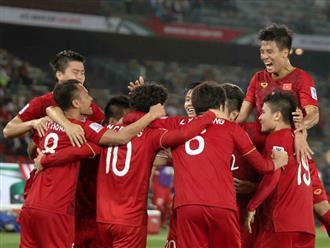Các tuyển thủ Việt Nam ăn mừng khi chính thức có vé vào vòng 1/8 Asian Cup