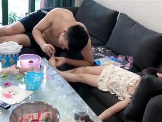Bố trẻ tỉ mỉ cắt móng chân cho con, vẻ mặt hưởng thụ của bé gái khiến dân mạng xuýt xoa ghen tị