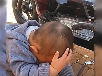 Từ nhà ngoại về, bé trai cứ khư khư ôm đầu khiến bố mẹ khó hiểu, đến lúc biết sự thật thì cười ngặt nghẽo