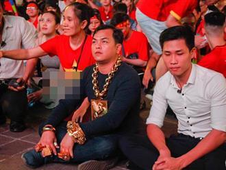 CĐV sáng nhất đêm nay: Đeo đầy vàng ra phố cổ vũ tuyển Việt Nam, 5 vệ sĩ đi theo bảo vệ