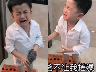 Con trai muốn chà lưng giúp nhưng bố hét toáng lên rồi đuổi té tát, biết lý do ai nấy đều cười không nhặt được mồm