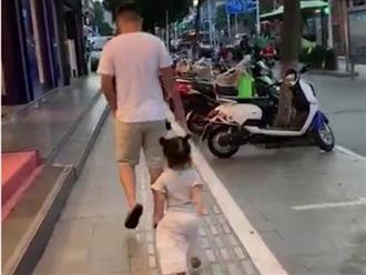Clip bé gái 'sao y bản chính' dáng đi lẫn điệu bộ chép miệng của bố khiến mẹ không thể nhịn cười