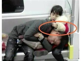 Bố ngủ gục trên đùi con gái nhỏ vì quá mệt, cách hành xử của đứa trẻ khiến dân mạng tấm tắc khen ngợi