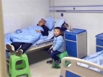 Chăm cháu trong bệnh viện, ông nội 'chiếm giường' ngủ ngon lành khiến cháu ngồi co ro trên ghế