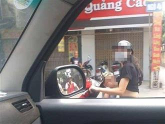 Mẹ trẻ vừa chạy xe máy vừa cho con bú: Dân mạng bình luận trái chiều