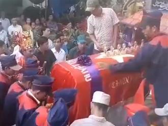 Vụ xe rước dâu gặp tai nạn 13 người chết: Đẫm nước mắt cảnh tiễn đưa đôi vợ chồng về nơi an nghỉ cuối cùng