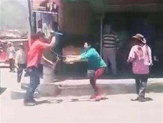 Clip chồng chết tức tưởi khi vác dao đánh ghen nhân tình của vợ giữa phố