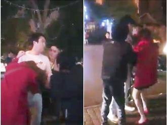 Bắc Ninh: Bắt quả tang vợ ngồi taxi với trai lạ, chồng túm tóc đánh ghen giữa đường