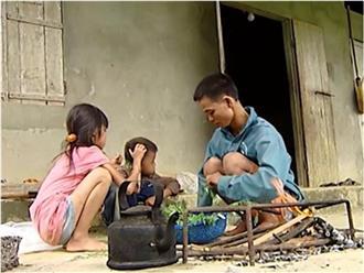 Vợ bỏ đi vì nhà quá nghèo, chồng khuyết tật đi phun thuốc sâu thuê nuôi hai con thơ dại