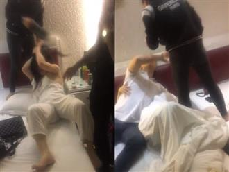 Sôi máu vì chồng 'vui vẻ' với hai gái trẻ trong khách sạn, vợ cầm giày phang liên tiếp vào mặt