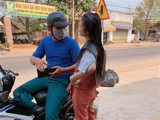 Vợ làm tóc đón Tết, chồng đến tận salon đưa thêm tiền cùng ly trà sữa 'chống đói' khiến dân mạng nức lòng