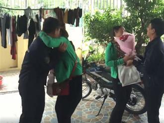 Được tặng quà 20/10, vợ vui sướng đuổi chồng chạy quanh nhà để 'cưỡng hôn' cực hài hước